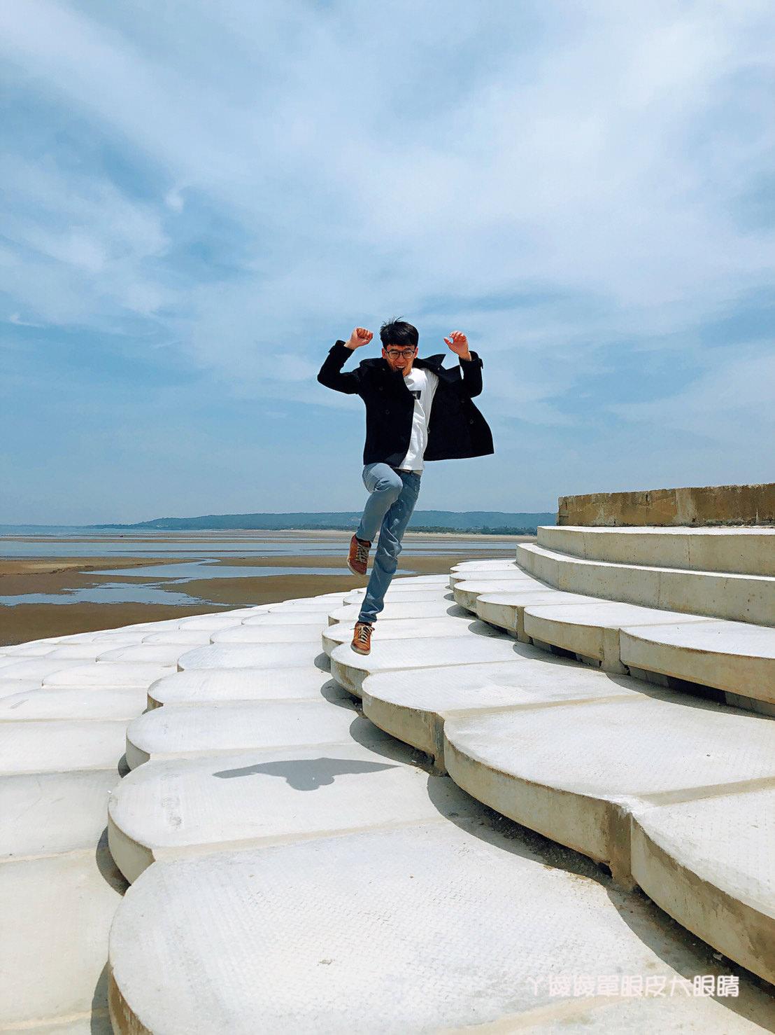 南寮漁港最新打卡景點!巨型大鍵盤坐落新竹,有南寮豆腐岩之稱的魚鱗天梯