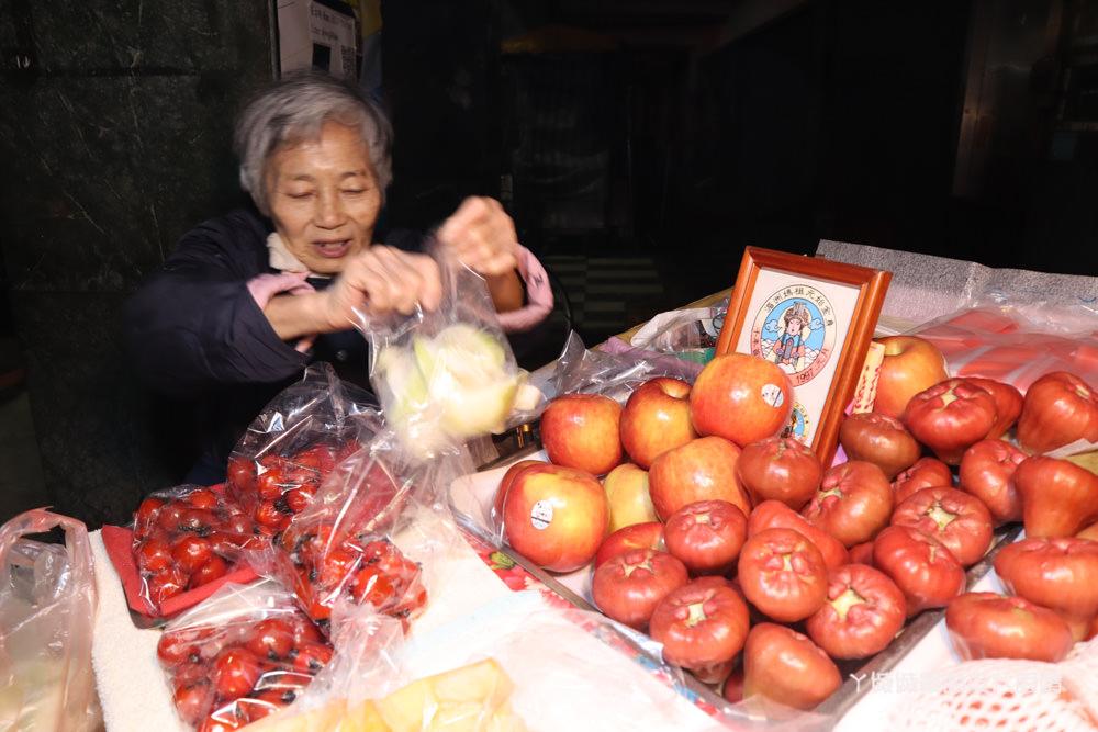 深夜賣到天亮的新竹水果阿嬤,新鮮水果可現切!復興鴨肉冬粉附近