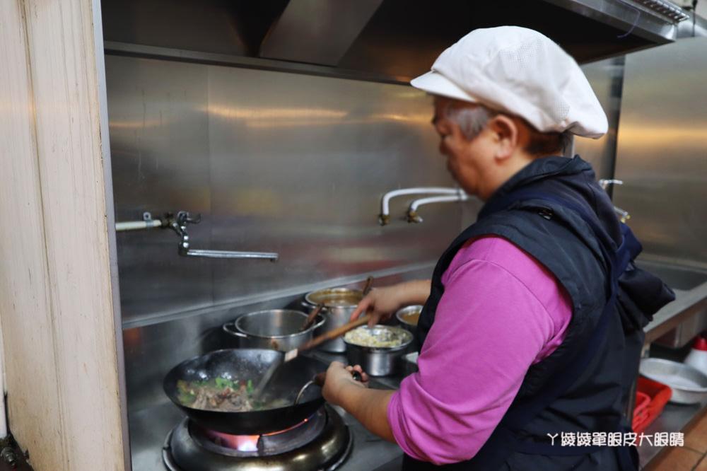新竹美食推薦!田記烤鴨,林森路上平價烤鴨料理!鴨餅皮、蔥段、洋蔥、甜麵醬、炒鴨骨
