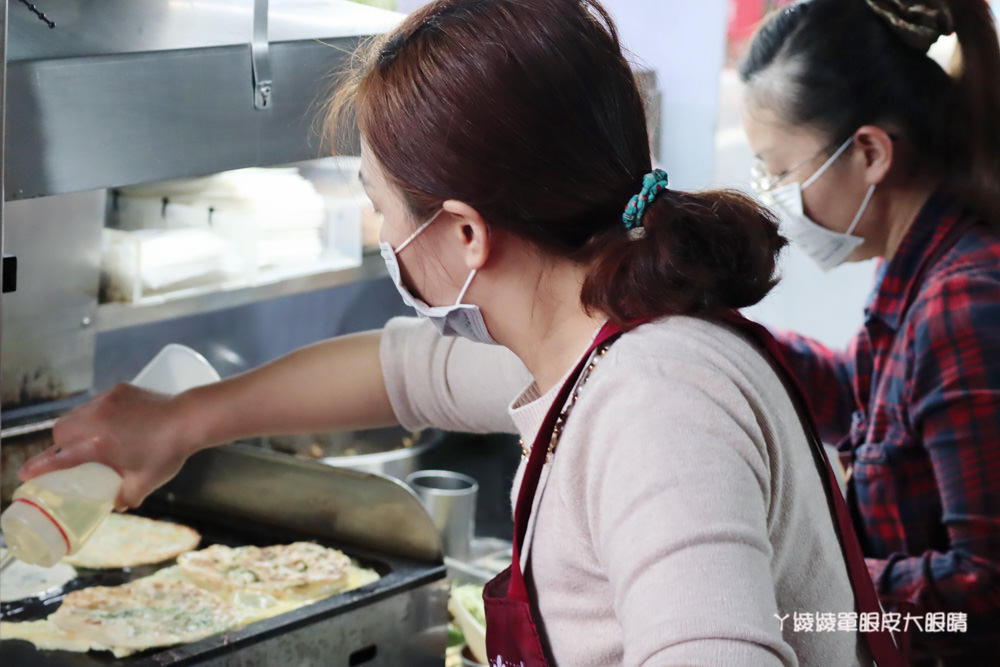 新竹關西美食,在地人推薦的關西牛肉捲餅,加入大量的九層塔、酸菜、小黃瓜絲、炒牛肉