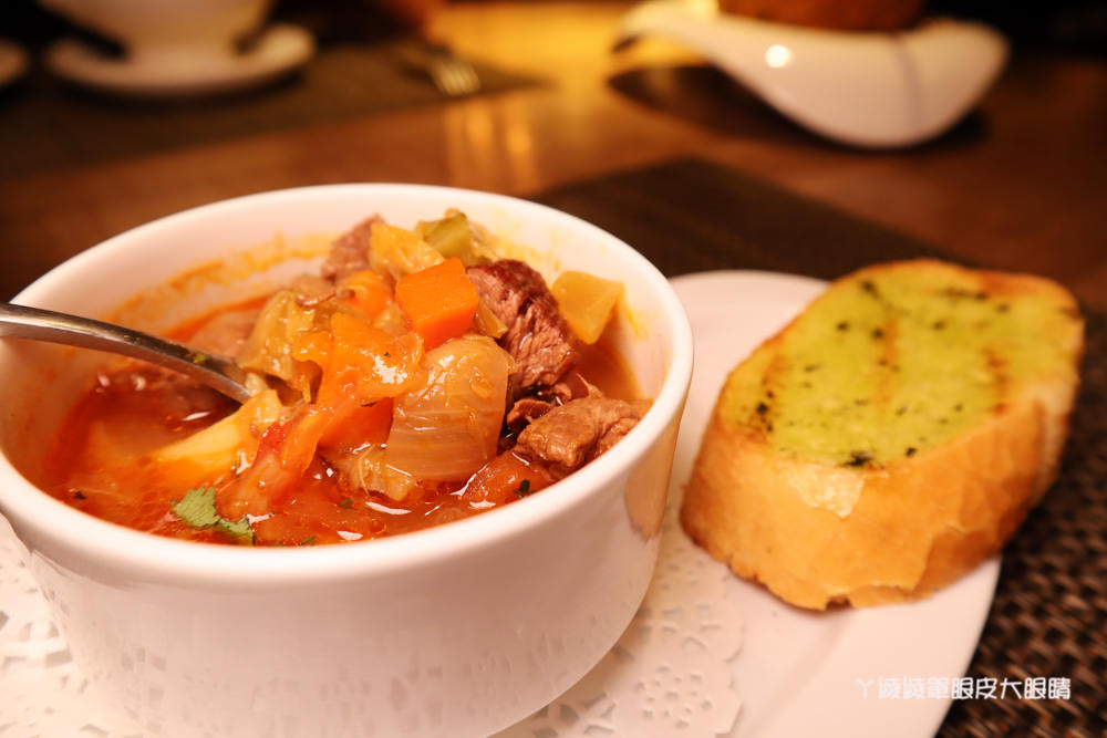 台北信義區宵夜美食!艾朋牛排餐酒館,可仰望台北101的約會餐廳