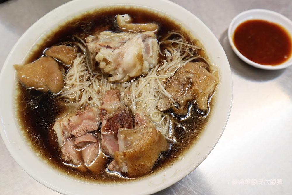 新竹北門街小吃 城隍廟附近的老黃豬腳大王,清燉豬腳麵線、當歸豬腳麵線