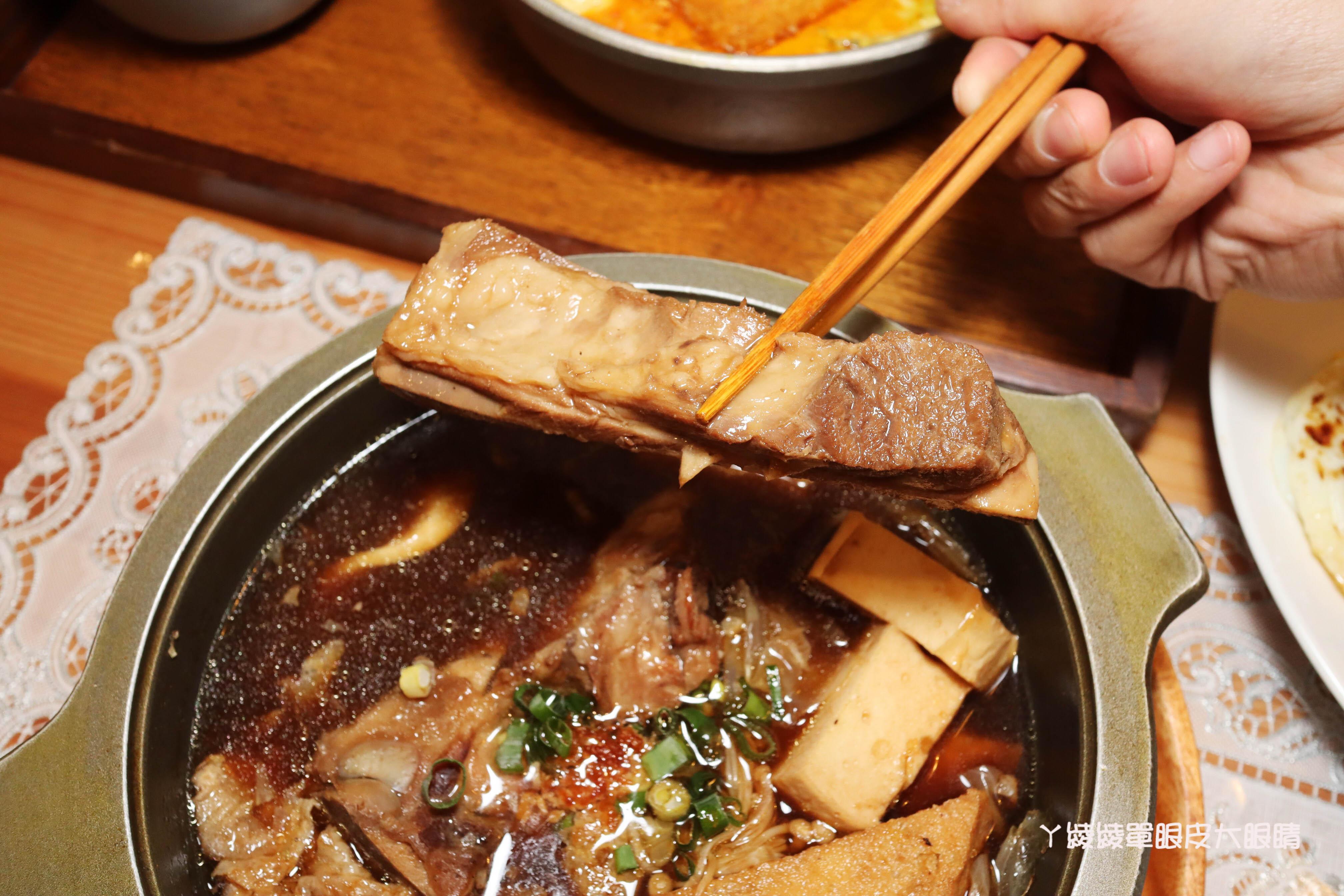 新竹美食推薦艷麗南洋料理!新竹香山美食在這裡,絕對秒殺的道地娘惹糕、南洋拉撒鍋、獅城肉骨茶