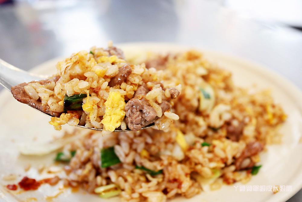 新竹這家炒飯超好吃,要吃請早晚一點就沒位置囉!必吃三鮮炒麵、香腸炒飯跟燕丸湯