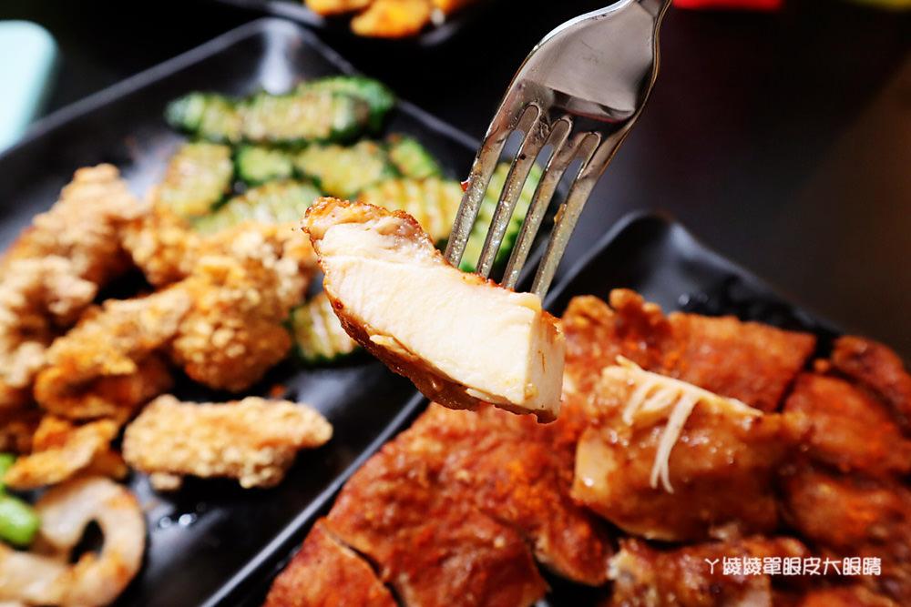 台中雞排推薦極炸屋!台中竟然有霸氣的龍蝦雞排可以吃,炸物清爽不油膩!內用座位不限時