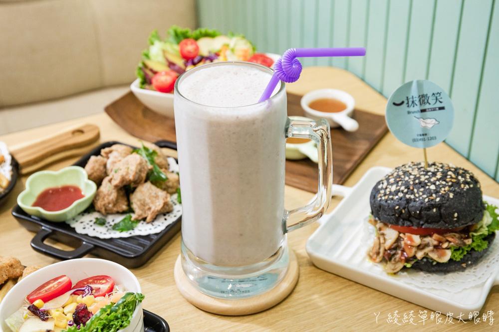 桃園中壢爆好吃的蔬食早午餐推薦一抹微笑!必點醬燒菇菇黑皮堡,超大杯芋頭沙牛奶只要55元