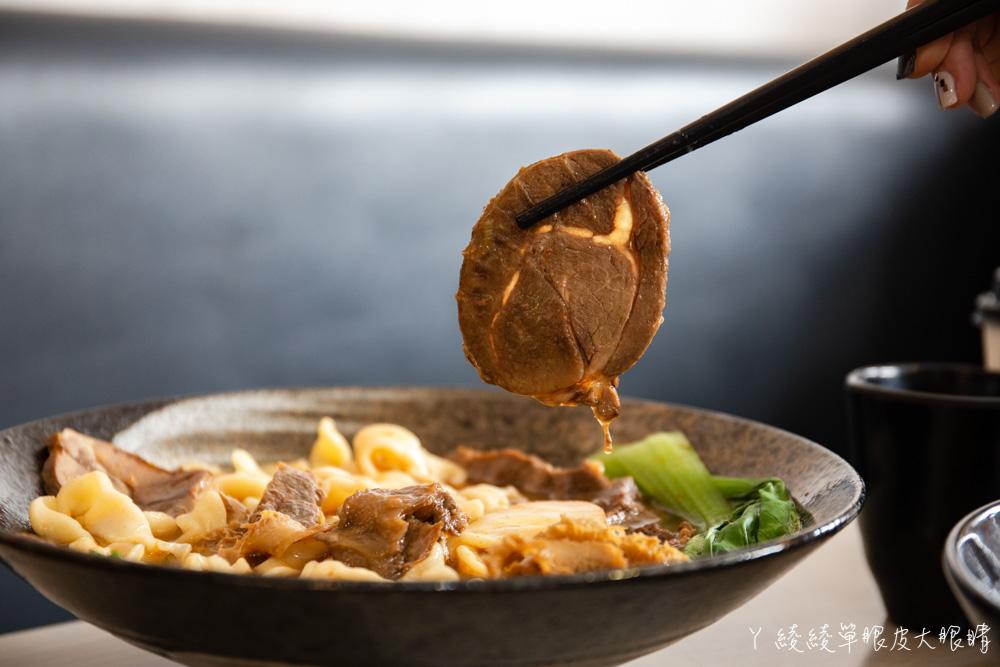 最便宜一碗牛肉麵只要九十元!竹東超人氣牛肉麵店還有自助咖啡機!新竹美食小吃推薦牛太鉉牛肉麵館
