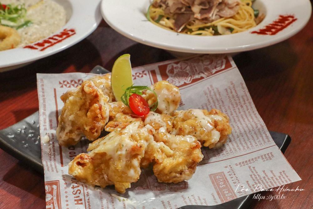 新竹沒有華麗裝潢但真材實料又平價的義式餐廳!TWINS廚房義式料理將整顆鳳梨端上桌,蛤蜊多到快滿出來