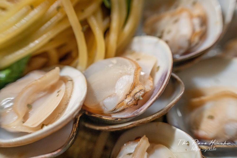 超狂!整顆鳳梨端上桌,蛤蜊多到快滿出來!新竹沒有華麗裝潢但真材實料又平價的義式餐廳