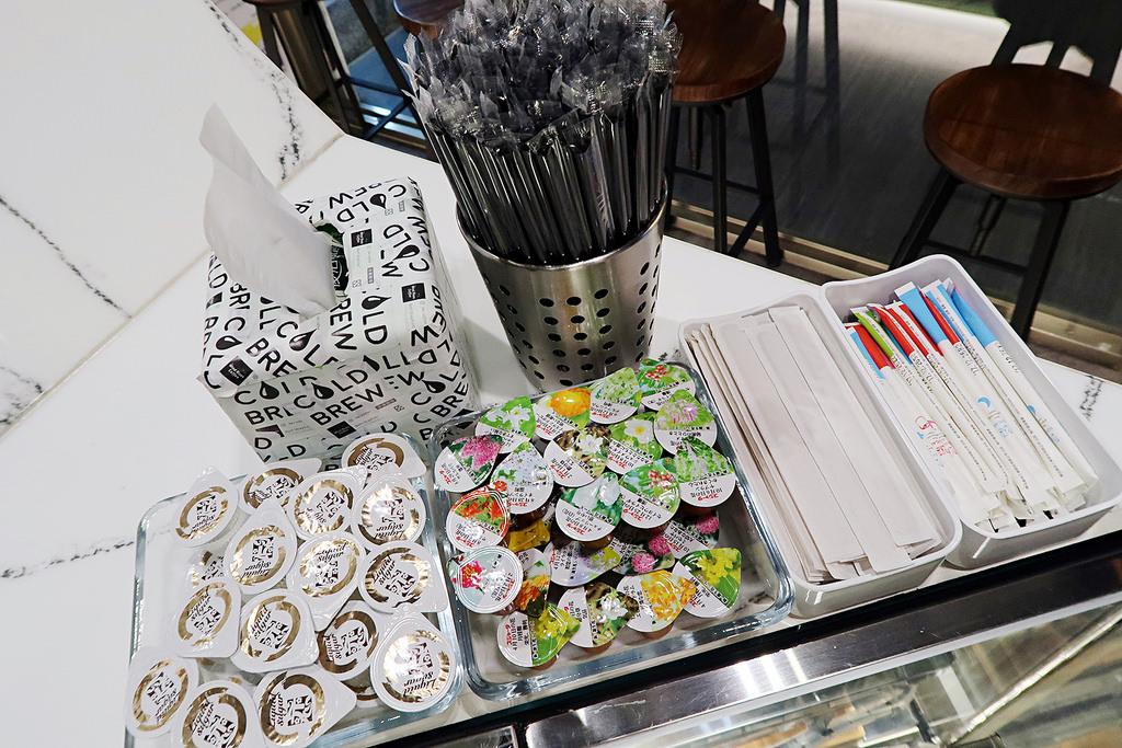 新竹火車站咖啡推薦《風起咖啡》,療癒的七彩杯蓋和風系列明信片