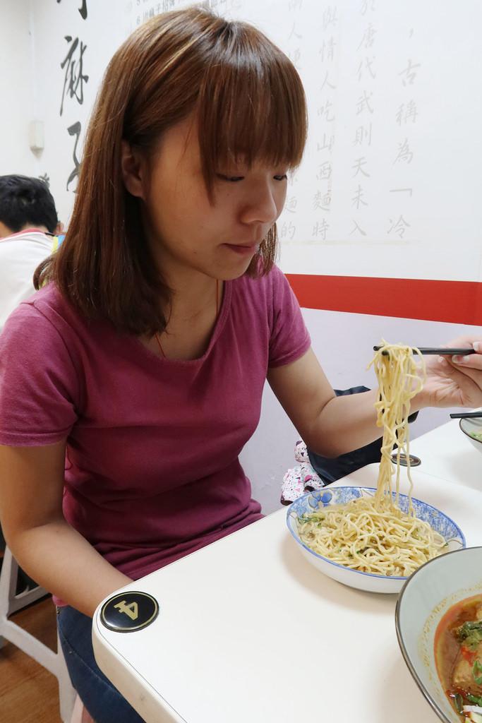 ▌台北美食 ▌川麻子涼麵 & 麻辣鴨血臭豆腐|行天宮涼麵,推薦獨家口味皮蛋醬涼麵